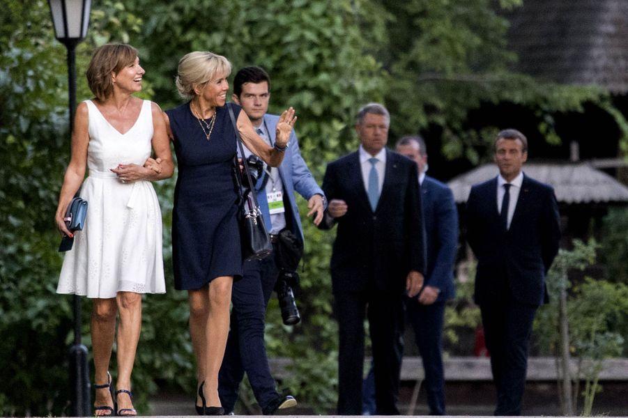 """Brigitte Macron et Carmen Iohannis,épouse du président de la Roumanie,visitent le musée du village roumain """"Dimitrie Gusti"""", à Bucarest, le 24 août 2017."""