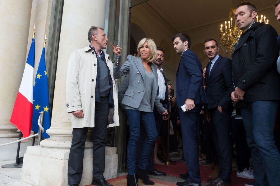Brigitte et Emmanuel Macron et Nemo accueillent les visiteurs à l'Elysée lors des Journées du patrimoine, le 17 septembre.