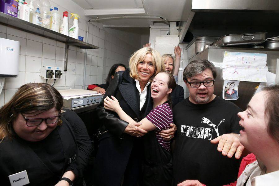 A Nantes, le 27 octobre, Brigitte Macron, accompagnée de Sophie Cluzel, s'est rendue au restaurant Le Reflet, qui donne leur chance aux personnes trisomiques, présentes en salle comme en cuisine.