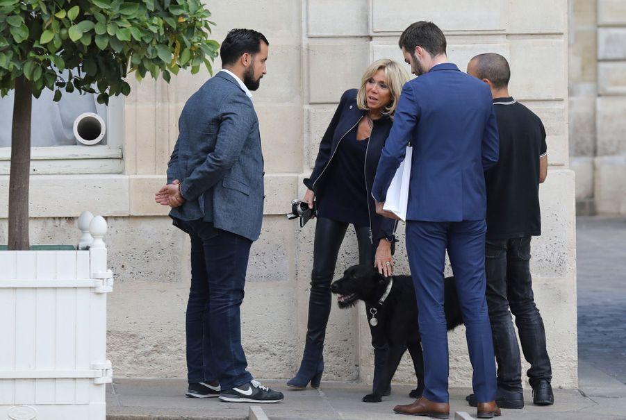 Brigitte Macron promène Nemo, le 12 octobre.