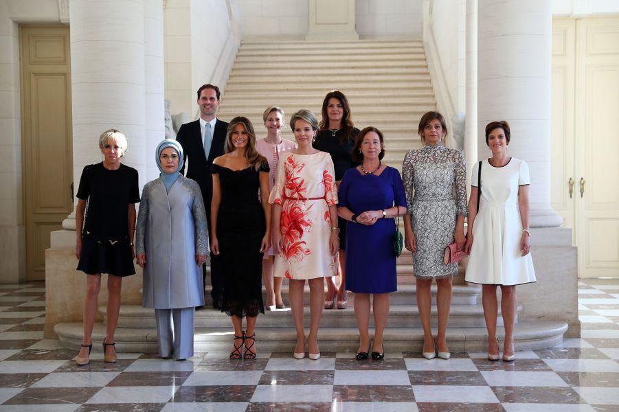 Première photo de famille avec les conjoints des chefs d'Etat et de gouvernement, à Bruxelles le 25 mai : de gauche à droite Brigitte Macron, Emine Gulbaran Erdogan (Turquie), Melania Trump (Etats-Unis), la reine Mathilde de Belgique, Ingrid Schulerud (OTAN), Desislava Radeva (Bulgarie), Amelie Derbaudrenghien (Belgique), Gauthier Destenay (Luxembourg), Madame Stropnik (Slovénie) et Madame Baldvinsdottir (Islande).
