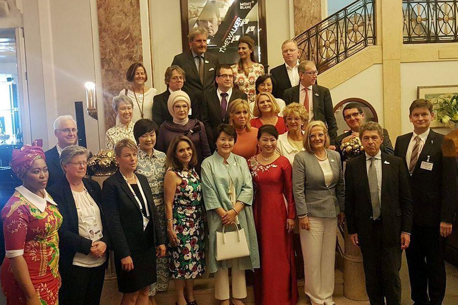 Photo de famille à Hambourg des épouses et époux des dirigeants du G20.