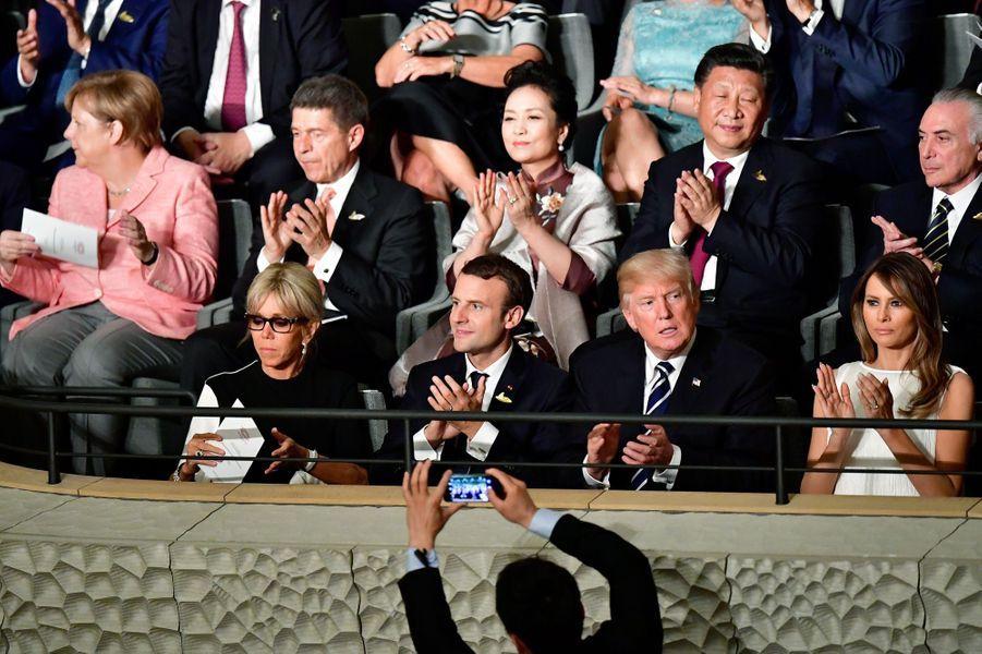 Les dirigeants du G20 et leurs conjoint(e)s assistentun concert à la nouvelle Philharmonie de l'Elbe.