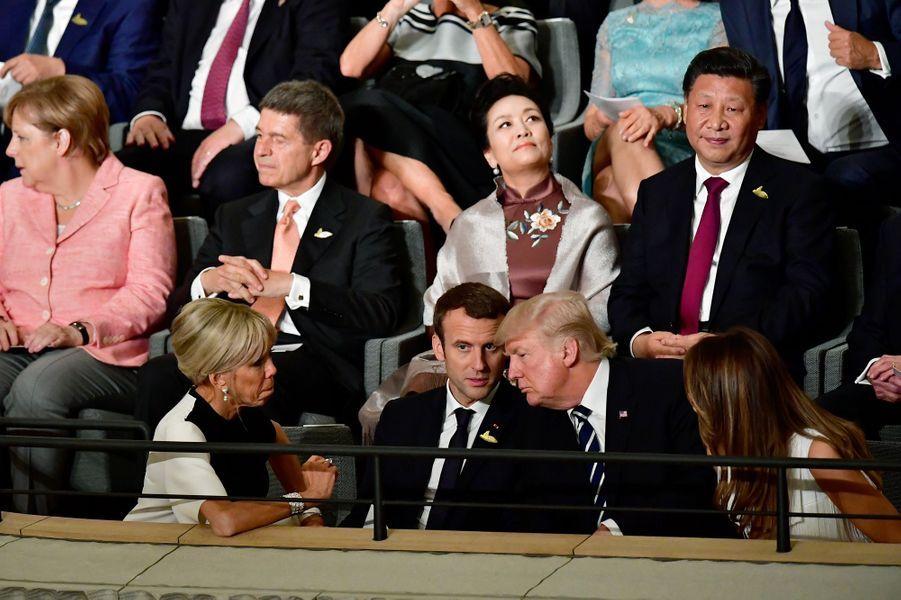 Le couple Macron en pleine discussion avec Donald et Melania Trump.