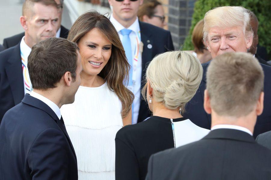 Echange entre Melania Trump et Brigitte Macron.