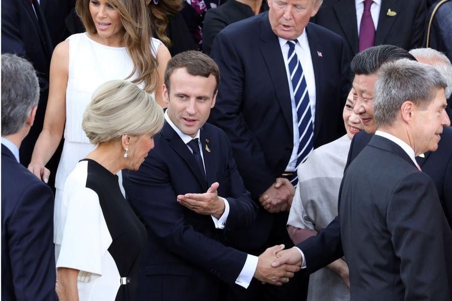 Le président chinois Xi Jinping et sa femme Peng Liyuan saluent Brigitte et Emmanuel Macron.