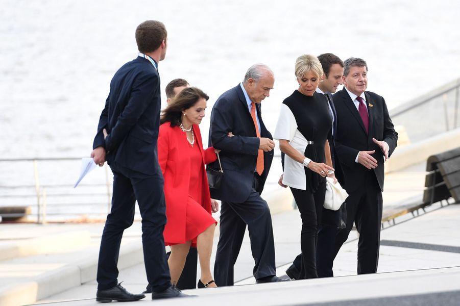Brigitte et Emmanuel Macron arrivent à laPhilharmonie de l'Elbe pour une photo de famille et un concert.