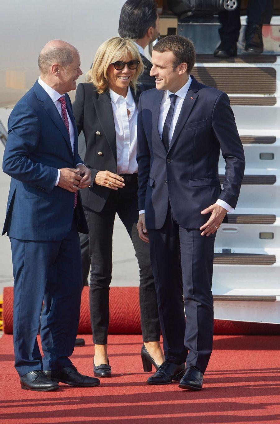 Le maire d'Hambourg Olaf Scholz accueille Emmanuel Macron et son épouse Brigitte vendredi à leur arrivée dans la ville.