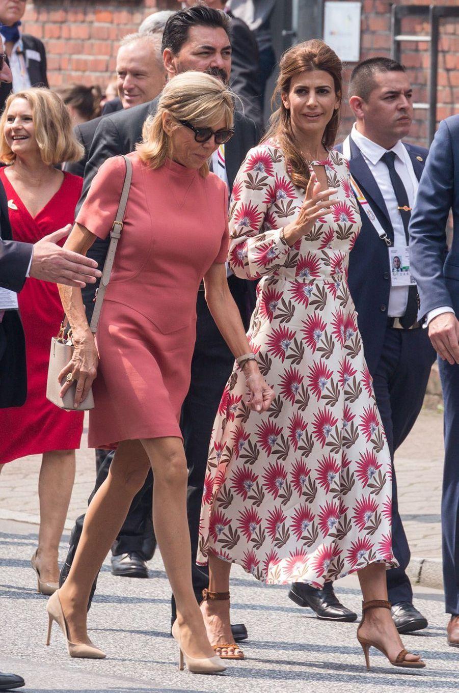 Brigitte Macron et la Première dame argentine Juliana Awada à Hambourg après leur croisière vendredi.