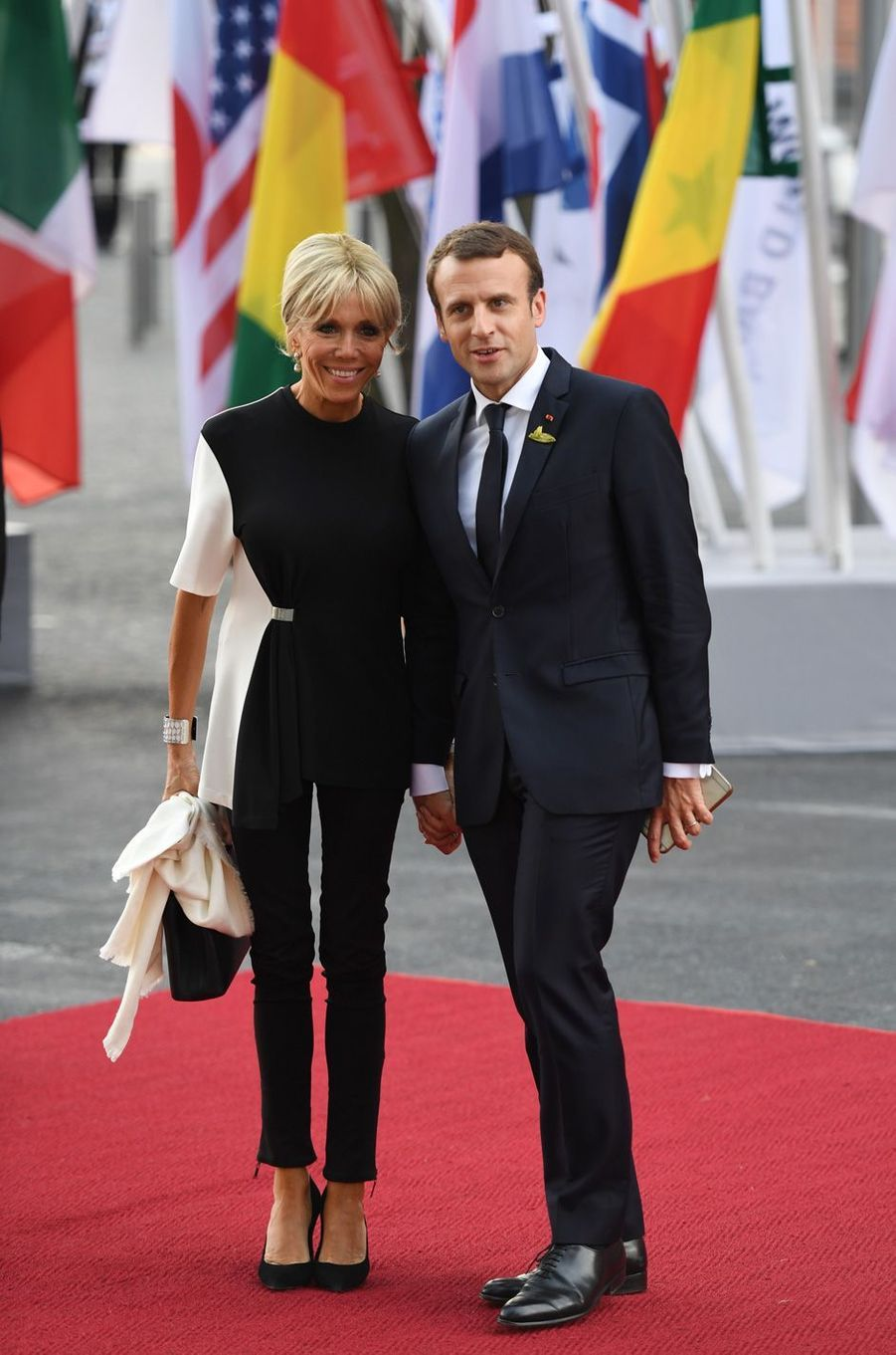Emmanuel et Brigitte Macron arriventau concert donné à la toute nouvelle Philharmonie de l'Elbe.