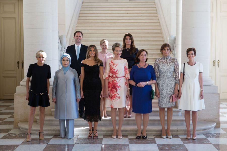 Photo de famille des conjoints des chefs d'Etat et de gouvernement à Bruxelles en mai 2017, en marge d'un sommet de l'Otan. C'est la première rencontre entre Brigitte Macron et Melania Trump.