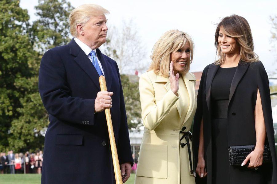 Melania Trump et Brigitte Macron, le 23 avril 2018. Donald Trump et Emmanuel Macron sont à leurs côtés en train de planter un chêne dans les jardins de la Maison-Blanche.