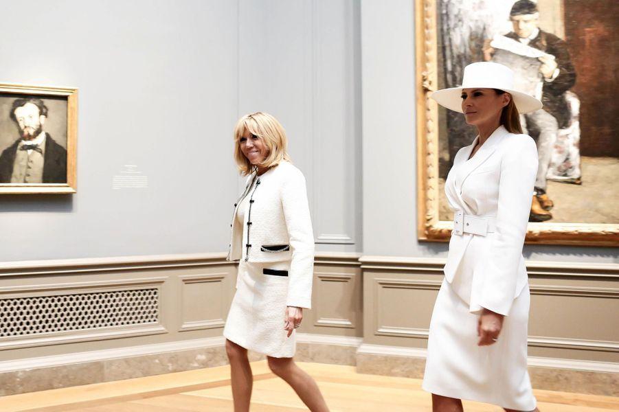 Les First ladies visitentune exposition sur le peintre français Paul Cézanne à la National Gallery of Art deWashington, le 24 avril 2018.