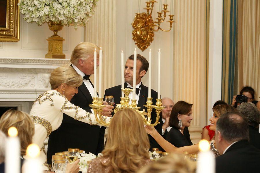 Les couples présidentiels français et américains le 24 avril 2018 à la Maison-Blanche lors du premier dîner d'Etat de l'ère Trump.