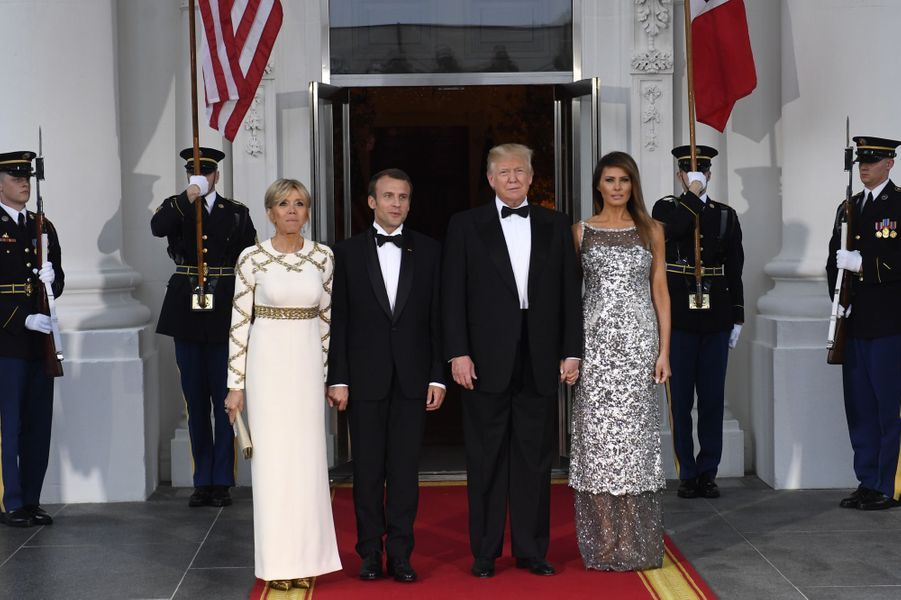 Donald et Melania Trump reçoivent Emmanuel et Brigitte Macron à l'occasion d'un dîner d'Etat à la Maison-Blanche en leur honneur, le 24 avril 2018.