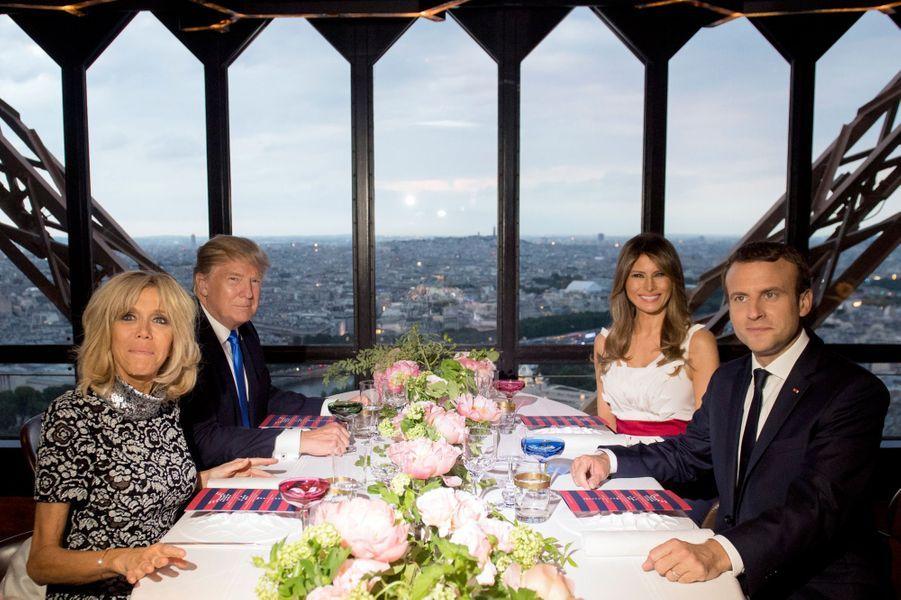 Donald et Melania Trump dînent avec Emmanuel et Brigitte Macron au restaurant Le Jules Verne à la Tour Eiffel, le 13 juillet 2017.