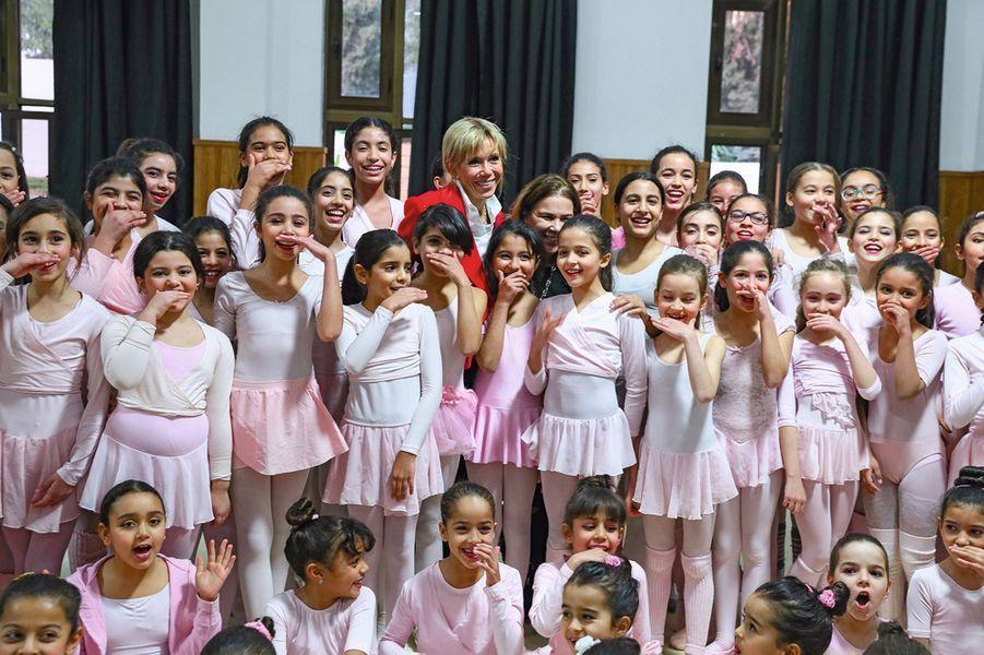 Avec les jeunes danseuses du centre culturel et sportif de la jeunesse d'El Menzah à Tunis. Avant le Sénégal, Emmanuel et Brigitte Macron étaient en visite d'Etat en Tunisie.