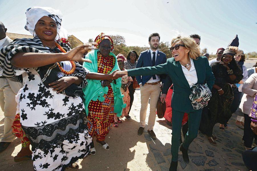 Vendredi 2 février, sur l'île de Gorée, au Sénégal, elle rend visite au passé à la Maison des esclaves… puis à l'avenir au lycée d'excellence Mariama-Bâ.