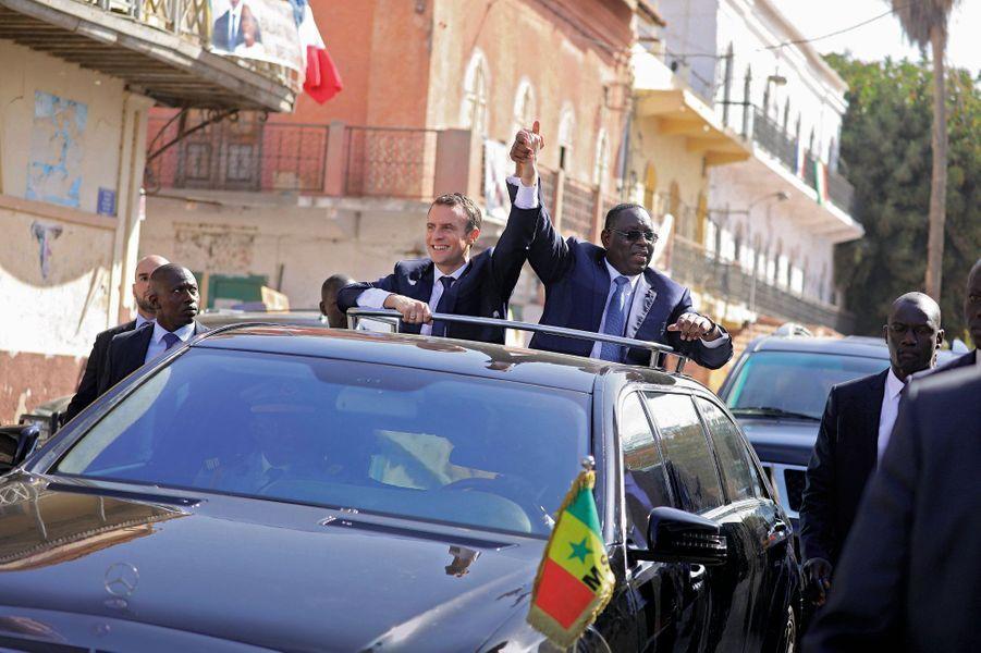 Le 3 février, bain de foule avec le chef d'Etat sénégalais, Macky Sall, à Saint-Louis, l'ancienne capitale coloniale menacée par le réchauffement climatique.