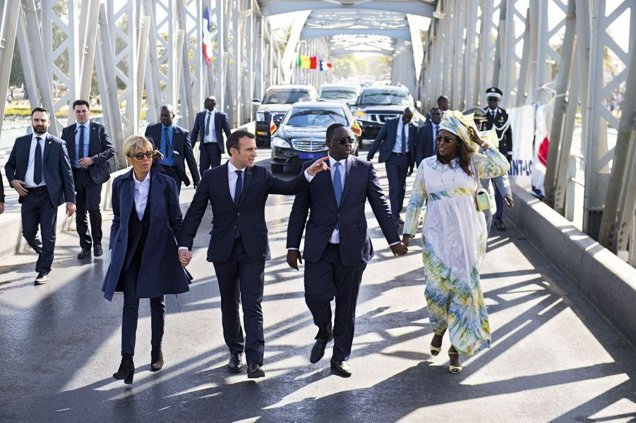 La tendresse conjugale des Macron fait des émules… A droite, le président Sall et sa femme, Marème Faye Sall.
