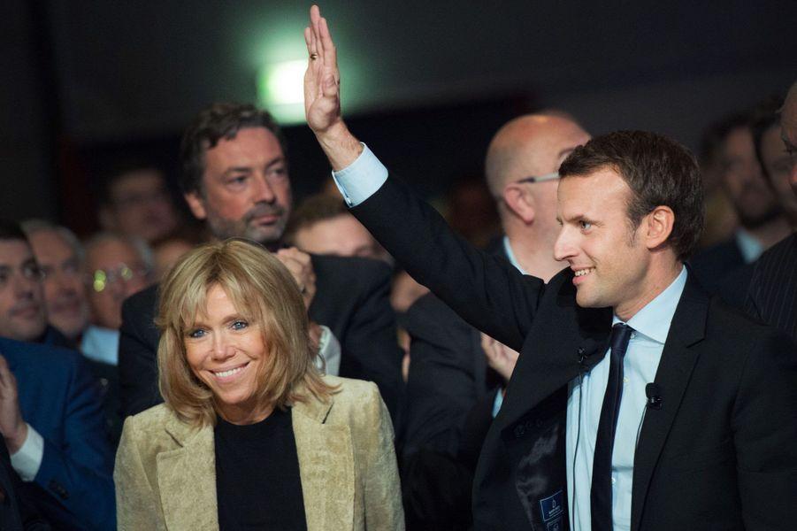 Brigitte et Emmanuel Macron saluent la foule, le 11 octobre au Mans