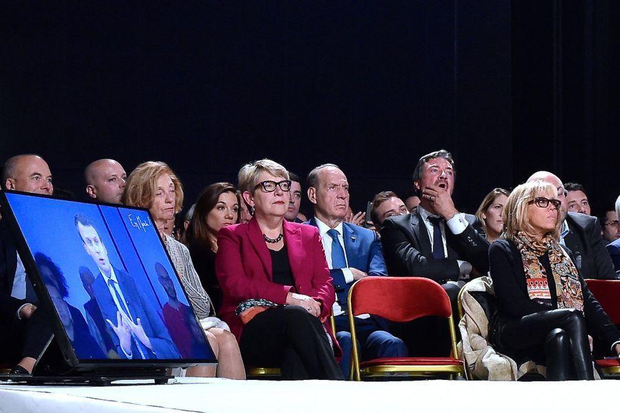 Brigitte Macron écoute son mari, Emmanuel, au Mans, le 11 octobre