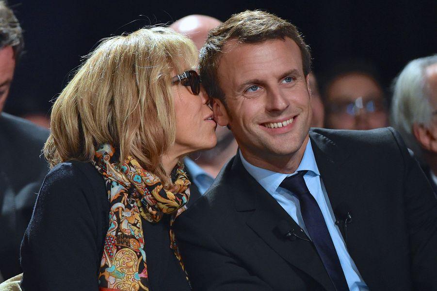 Brigitte Macron murmure à l'oreille de son époux, le 11 octobre au Mans