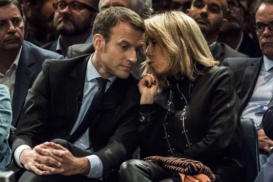 Emmanuel et Brigitte Macron échangent avant le discours de l'ex-ministre, mardi à Montpellier