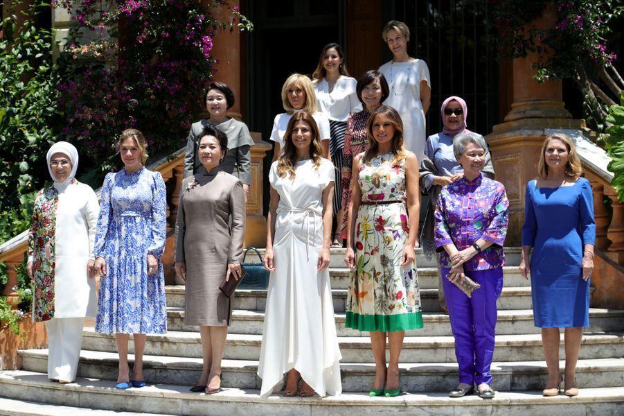 Brigitte Macron, au deuxième rang en blanc, en compagnie desconjointes des dirigeants du G20 à la Villa Ocampo à San Isidro.