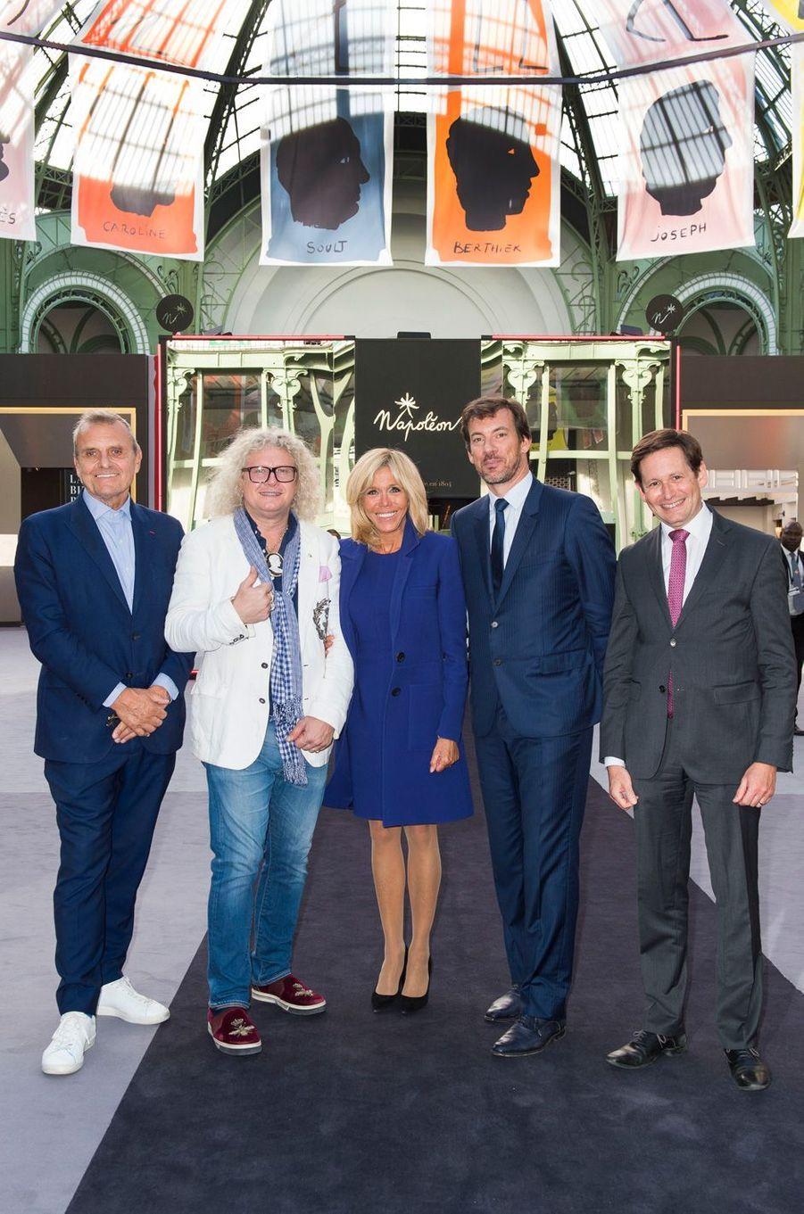Brigitte Macron à la Biennale des Antiquaires de Paris, en compagnie deJean-Charles de Castelbajac,Pierre-Jean Chalençon, Mathias AryJan, etEmmanuel Marcovitch.