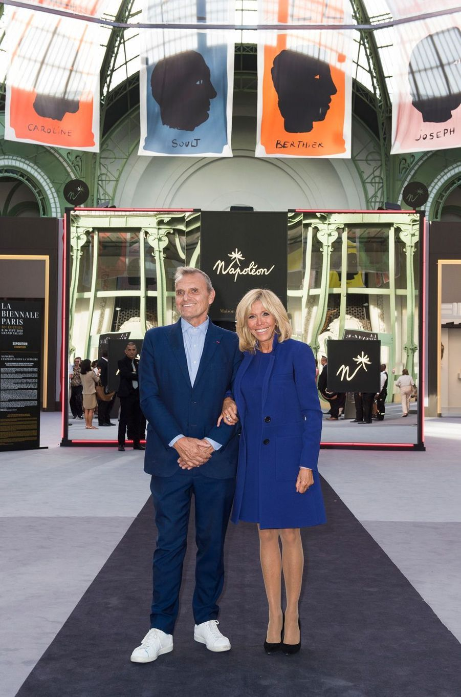 Brigitte Macron àla Biennale des Antiquaires de Paris, en compagnie deJean-Charles de Castelbajac.