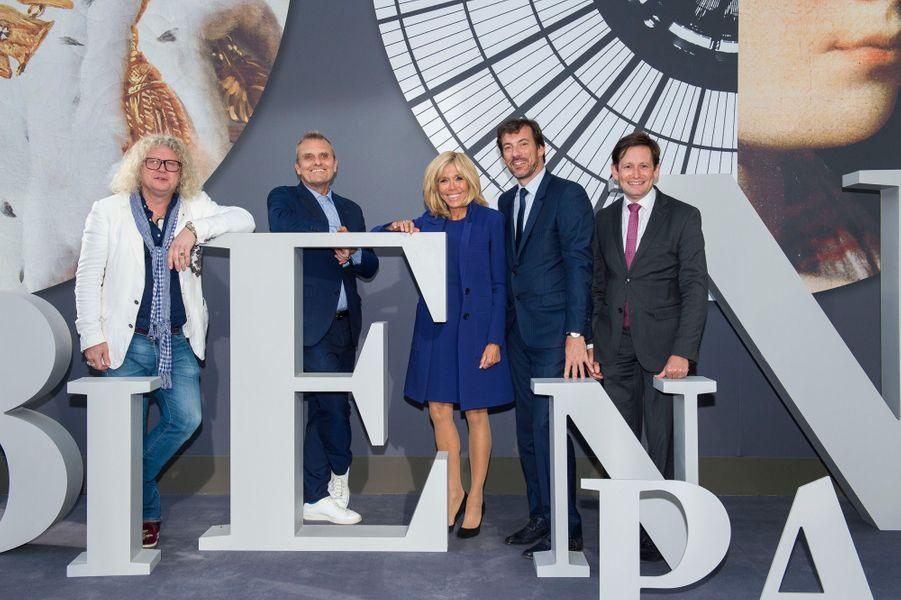 Brigitte Macron àla Biennale des Antiquaires de Paris, en compagnie dePierre-Jean Chalençon,Jean-Charles de Castelbajac,Mathias AryJan, etEmmanuel Marcovitch.