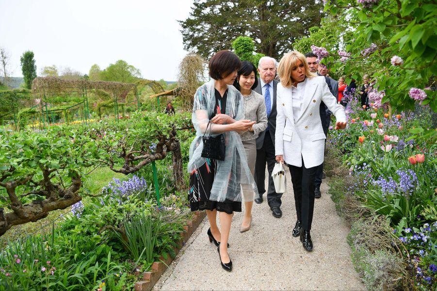 Brigitte Macron et Akie Abe visitent la maison deClaude Monet, à Giverny.