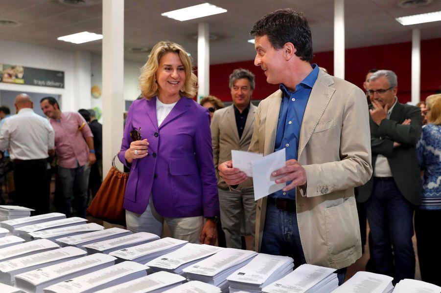 Manuel Valls et sa compagne Susana Gallardo, à Barcelone, dimanche.