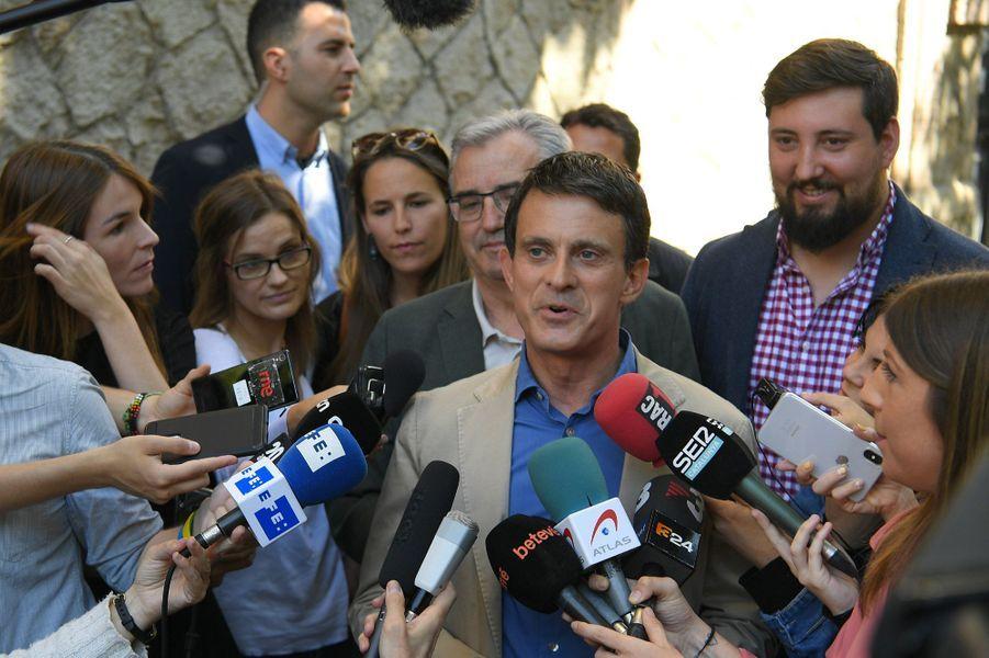 Manuel Valls s'exprime devant la presse après avoir voté dimanche à Barcelone.