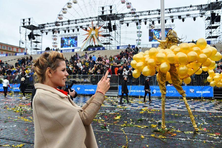 Laura Tenoudji samedi à la première bataillede fleurs du Carnaval de Nice.