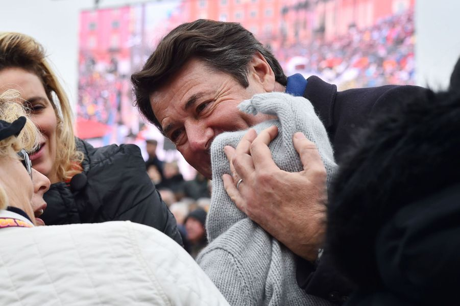 Christian Estrosi et safille Bianca samedi à la première bataillede fleurs du Carnaval de Nice.