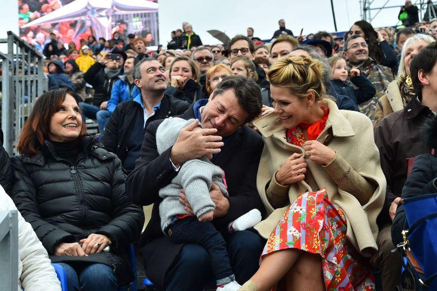 Christian Estrosi, son épouse Laura Tenoudji et leur fille Bianca samedi à la première bataillede fleurs du Carnaval de Nice. Denise Fabre est à leurs côtés.