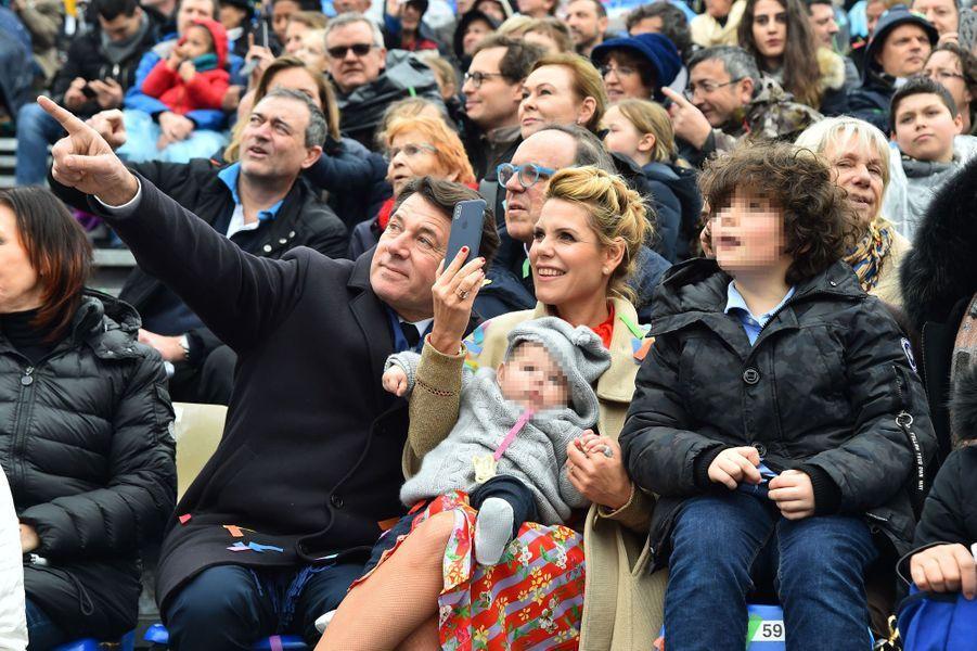 Christian Estrosi, son épouse Laura Tenoudji, leur fille Bianca et Milan, le fils de la journaliste né d'une précédente union, samedi à la première bataillede fleurs du Carnaval de Nice.