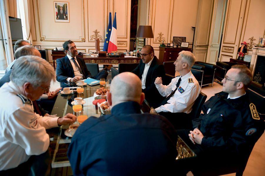 Samedi 20 avril, pour l'acte XXIII des gilets jaunes. Premier briefing à 8h20 dans son bureau, avec son secrétaire d'Etat Laurent Nunez (en noir), le préfet de police de Paris (en blanc) et les responsables des forces de l'ordre.