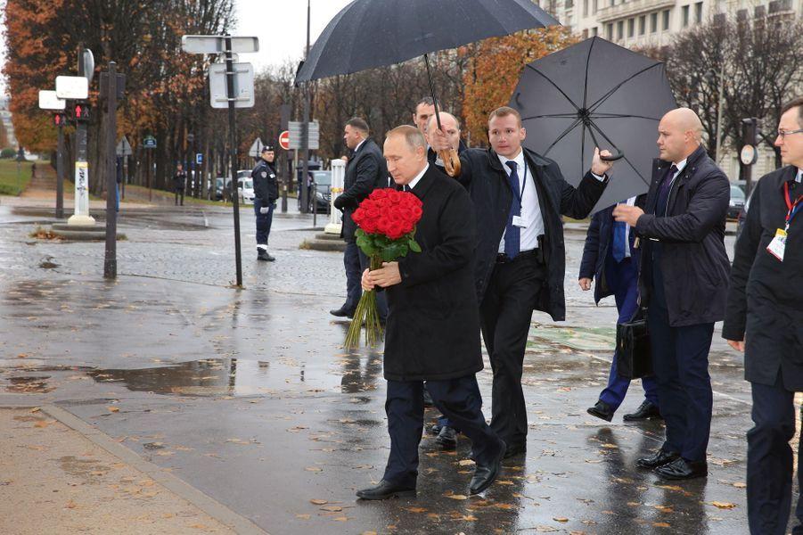 Vladimir Poutine se recueille devant le monument dédiéau corps expéditionnaire russe, place du Canada.