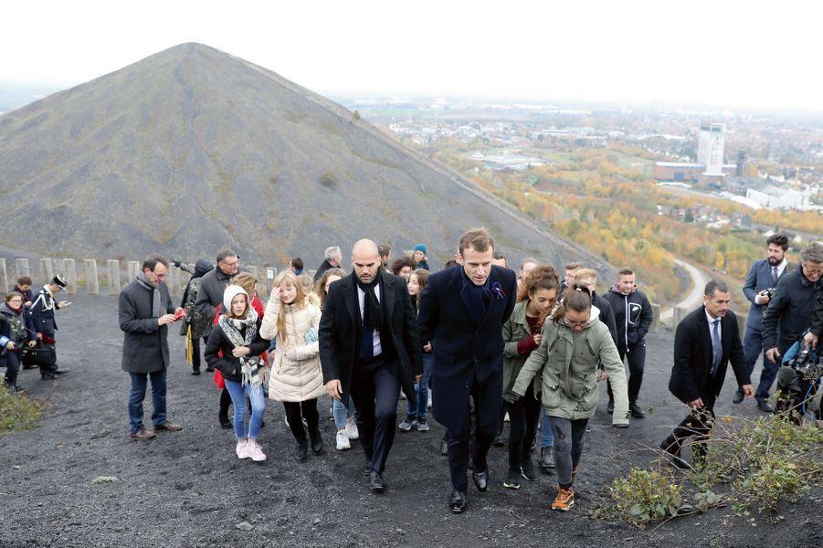 A Loos-en-Gohelle (Pas-de-Calais), le 9 novembre. Emmanuel Macron gravit avec des lycéens, l'un des deux terrils les plus hauts d'Europe.