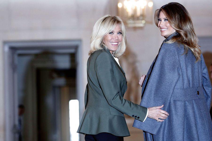 Dimanche 11 novembre, dans la galerie Basse du Château de Versailles, Brigitte Macron et Melania Trump
