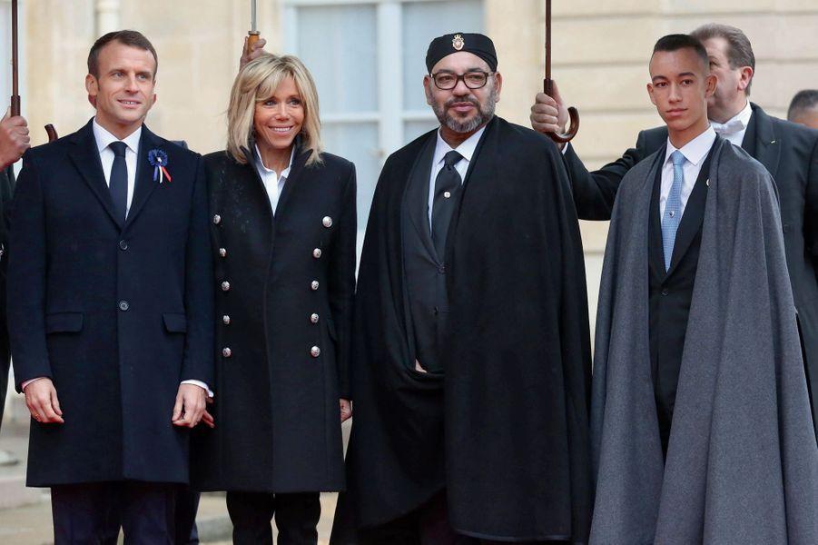 Le matin, dans la cour de l'Elysée, le couple présidentiel accueille Mohammed VI et son fils, Moulay Hassan.