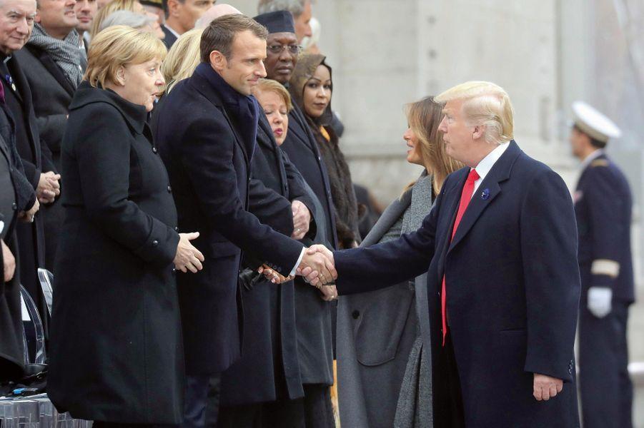 Au côté de Melania, Trump salue Emmanuel Macron et Angela Merkel.