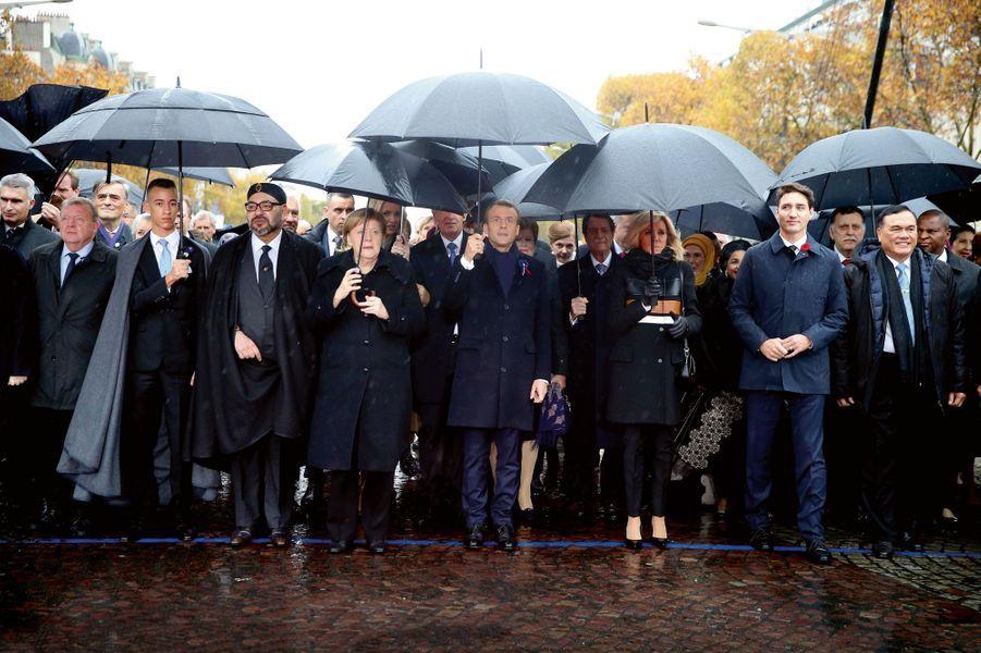Dimanche, 11 heures, sur les Champs-Elysées, avant l'arrivée des présidents Trump et Poutine. Au premier rang, de gauche à droite, le Premier ministre du Danemark Lars Lokke Rasmussen, Moulay Hassan et son père le roi Mohammed VI du Maroc, la chancelière allemande Angela Merkel, le président Macron, Brigitte Macron, le Premier ministre canadien Justin Trudeau.