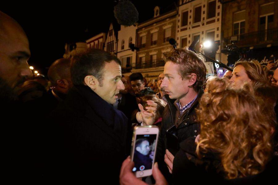 Devant la mairie de Péronne, le 9 novembre. Un agriculteur interpelle le président.
