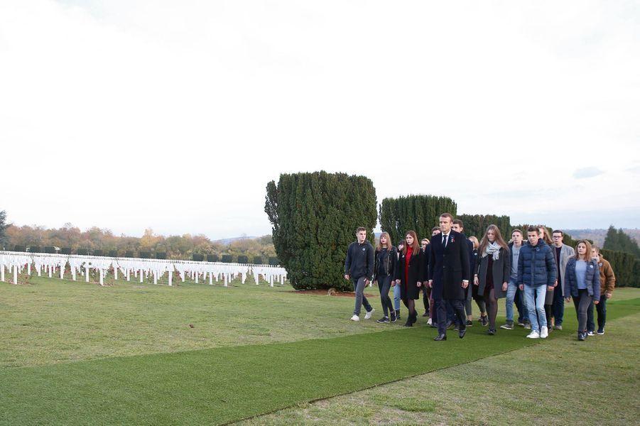 Avec les élèves du lycée Margueritte de Verdun, devant 130 000 tombes des soldats de l'ossuaire de Douaumont (Meuse), le 6 novembre.