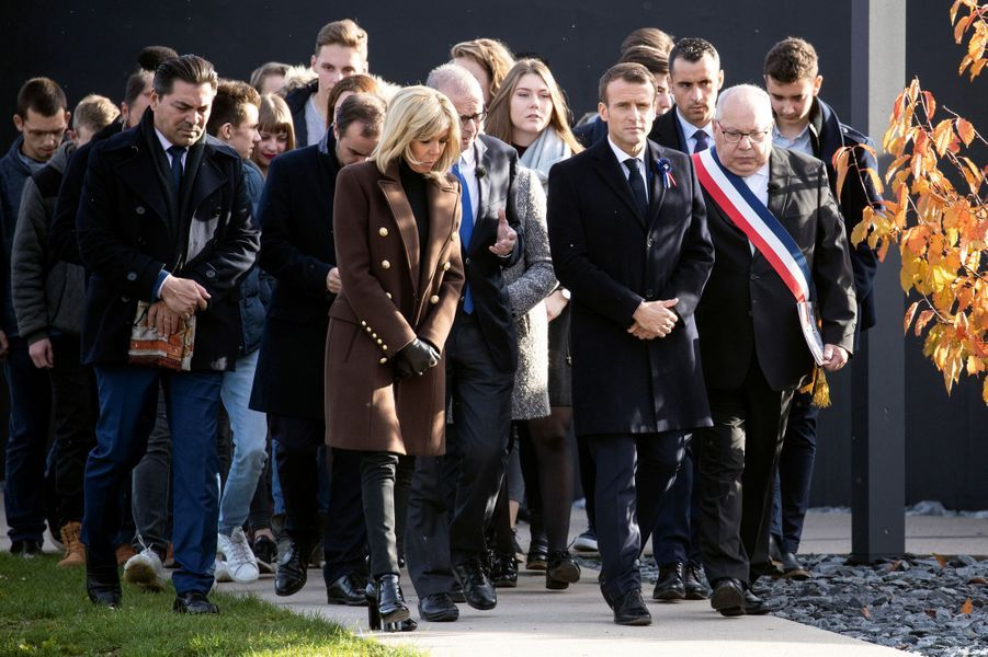 Accompagné de Brigitte Macron, le président de la République Emmanuel Macron s'est rendu à Verdun au troisième jour de son itinérance mémorielle. Le chef de l'Etat a visité l'ossuaire où reposent les restes de 130.000 soldats français et allemands.