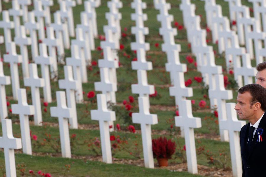 Le président de la République Emmanuel Macron s'est rendu à Verdun au troisième jour de son itinérance mémorielle. Il a visité l'ossuaire où reposent les restes de 130.000 soldats français et allemands.